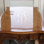 Tischplatte mit Logo gespiegelt
